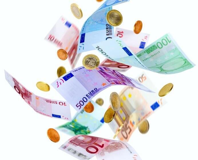 Euroscheine und -münzen fliegen durch die Luft