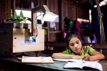 Mädchen macht Hausaufgaben vor der Pflanzenlampe