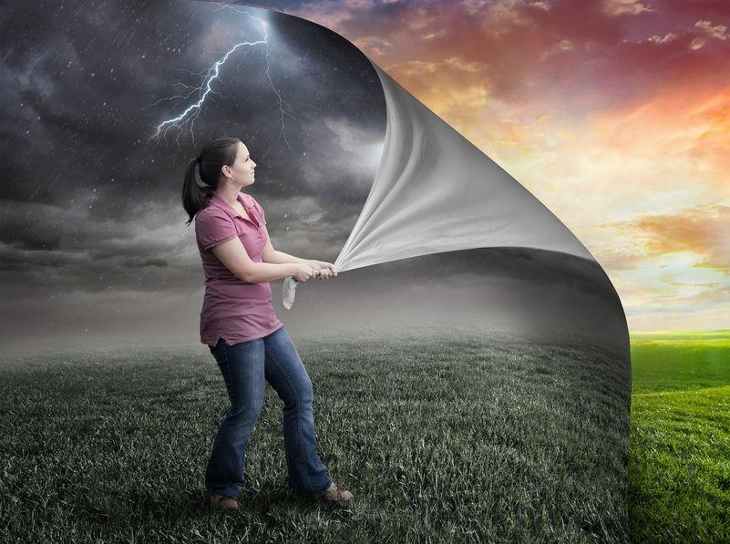 Frau zieht Grauschleier von Sonnenuntergang weg, Positivität wird sichtbar
