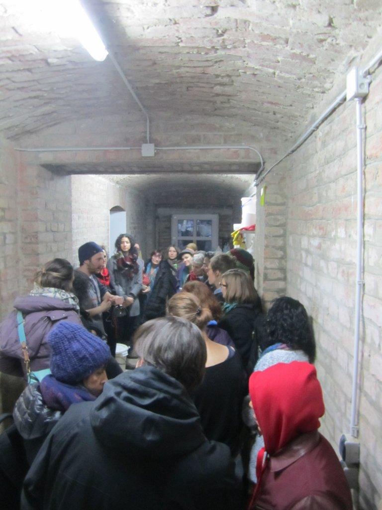 Die Gruppe geht in den Keller