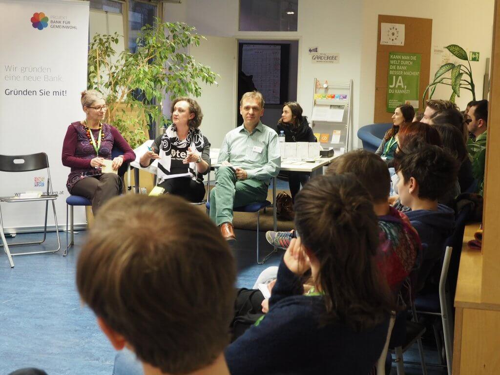 Ira (Mutmacherei), Marianne (Otelo eGen), Fritz (Projekt Bank für Gemeinwohl), re. der Haarschopf von Valentin (FragNebenan)