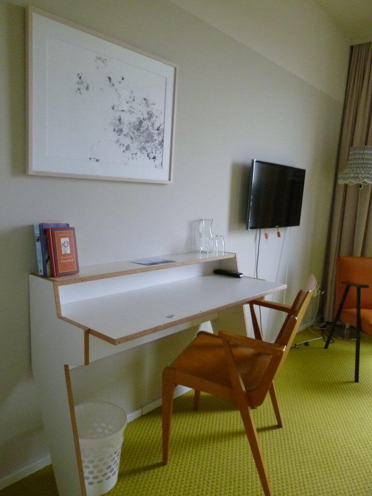 Schreibtisch mit Sessel, aus alten Möbeln hergestellt