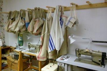 Ein Blick in die Taschenproduktion bei Vinzirast, eine von Wiens Initiativen für ein gutes Leben für alle