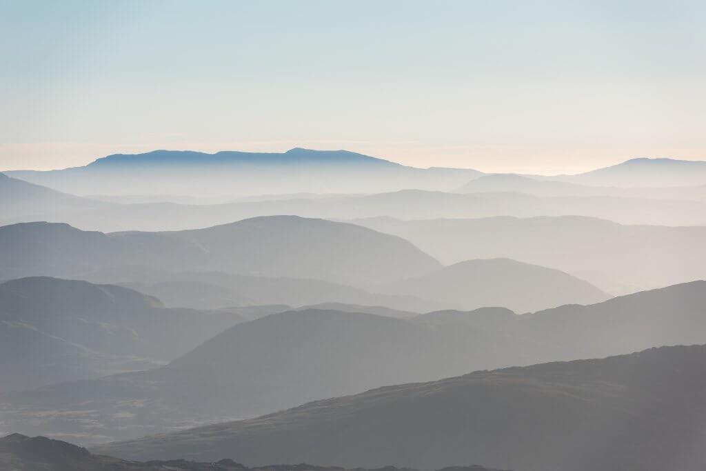pastellfarbene Hügel mit Blick auf Horizont