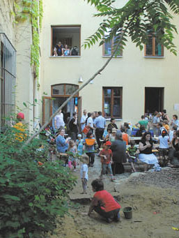 """eine Gruppe von Erwachsenen im Innenhof der """"Freie Schule Hofmühlgasse"""""""