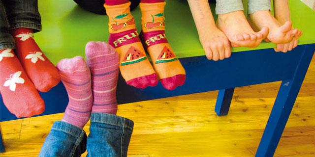 Kinderfüße in bunten Socken