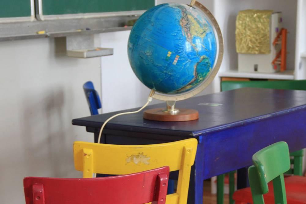 ein Arbeitstisch mit Globus in der Freien Schule Hofmühlgasse