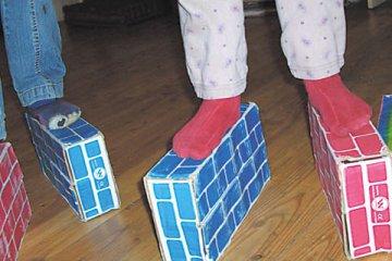 Kinderfüße auf Schachteln an der Freien Schule Hofmühlgasse