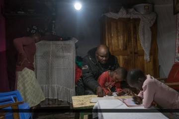 Im Bild ist ein Haushalt mit Licht in den Abendstunden durch Solar Power Kits zu sehen.