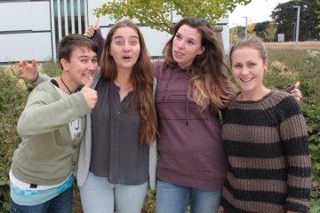 Die Studentinnen vor begrüntem Hintergrund